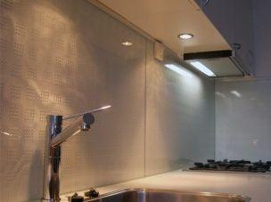 Keuken met glazen keukenachterwand